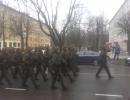 На параде в Нарве, парень троллит натовских военных