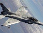 Американский истребитель F-16 потерял топливные баки прямо в воздухе