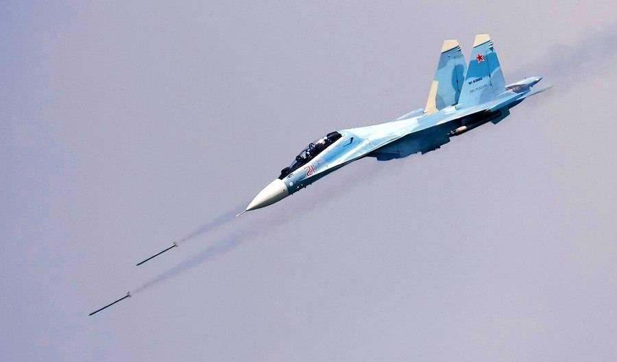 Су-30СМ точным попаданием разносит корабль: эффектные кадры с Черного моря