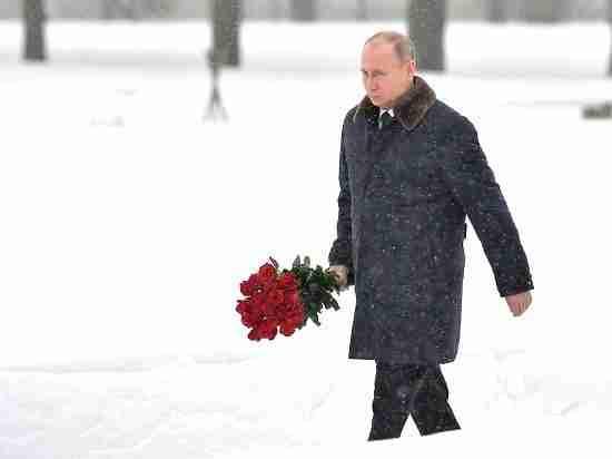 К Путину на петербургском кладбище подошел сын командира его отца