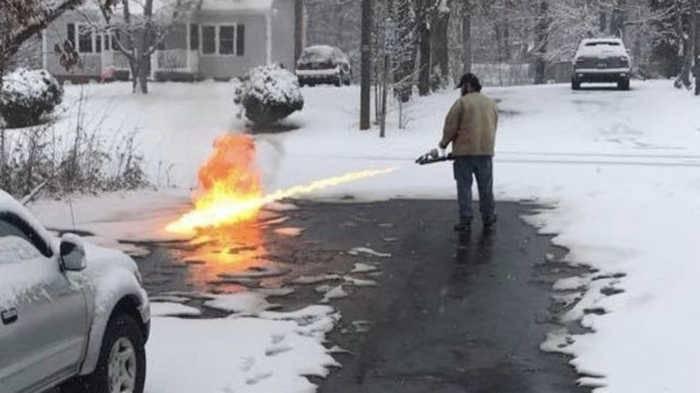 Гражданский огнемет в действии: когда надоело убирать снег лопатой