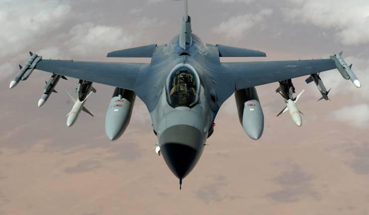 У американского F-16 в Японии в полете загорелся двигатель